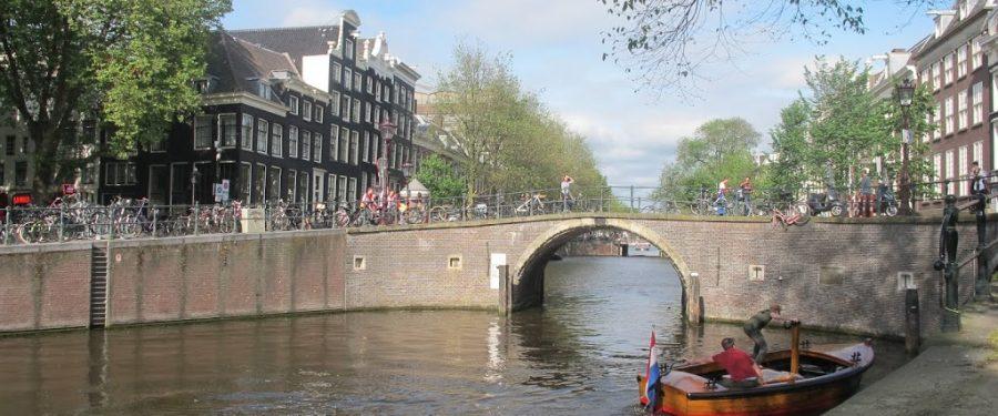 Amsterdam : Terjebak Di Tengah Keriuhan Suporter Bola